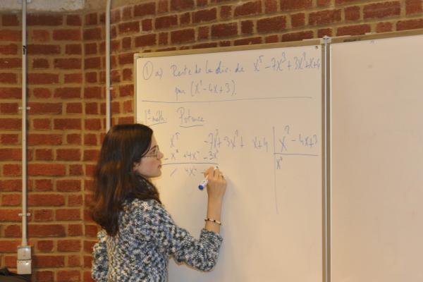 Laetitia prouve qu'elle maitrise la division euclidienne<br />(Photo P. Dupont)